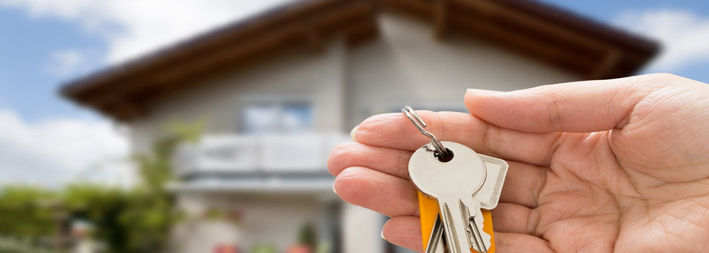 safe-home-person-holding-house-keys