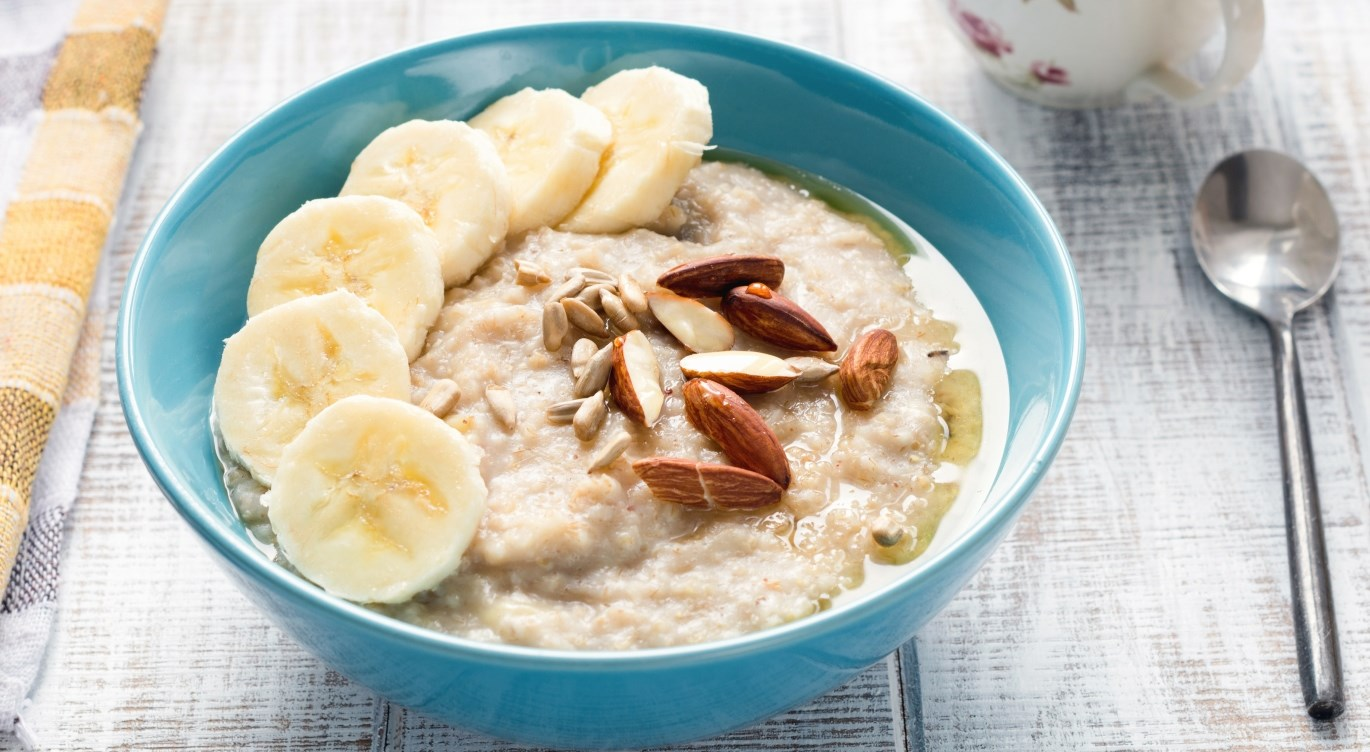Porridge with banana and pecan nuts